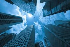 Moderna byggnader i en stad, blått tonar Royaltyfri Fotografi