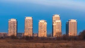 Moderna byggnader i förorterna av Bucharest Arkivbild