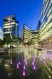 Moderna byggnader i London på natten Arkivbild