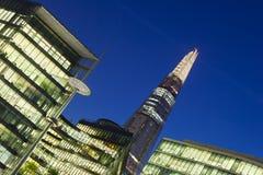 Moderna byggnader i London på natten Fotografering för Bildbyråer