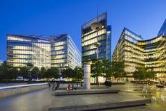 Moderna byggnader i London på natten Arkivfoton