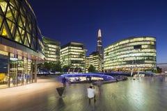 Moderna byggnader i London på natten, ledare Royaltyfri Foto