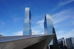 Moderna byggnader i Rotterdam Arkivbilder