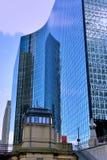 Moderna byggnader med den glass reflexionen vid Chicago River, Illinois Arkivfoto