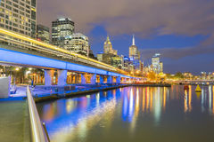 Moderna byggnader med den ljusa slingan i Australien på skymning Royaltyfri Foto