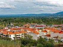Moderna byggnader och öppnar plana nordliga Grekland Arkivfoton