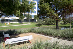 Moderna byggnader och landskapdesign i Hall Park Arkivbilder