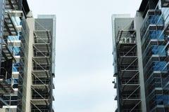 Moderna byggnader och molnig himmel Arkivfoton