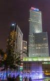 Moderna byggnader och springbrunnar på natten Royaltyfria Bilder