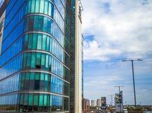 Moderna byggnader på bakgrund för molnig himmel London Royaltyfria Bilder