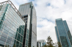 Moderna byggnader på Canary Wharf med den Citi bankskyskrapan Arkivfoton