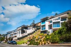 Moderna byggnader på den Avoca stranden kör, Australien Arkivfoto
