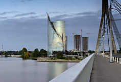 Moderna byggnader på den vänstra banken av Daugavafloden, Riga, Lettland Royaltyfri Fotografi