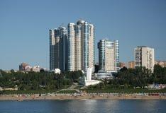Moderna byggnader på den Volga River invallningen i Samara Royaltyfri Bild