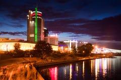 Moderna byggnader på invallningen av floden Svislac i staden av Minsk Fotografering för Bildbyråer