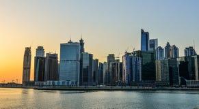 Moderna byggnader på solnedgången i Dubai, UAE royaltyfri fotografi