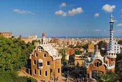 Moderna byggnader på ingången som parkerar Guell i Barcelona, Spa Royaltyfria Bilder