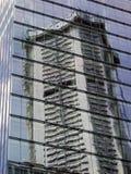 Moderna byggnader, reflexioner i den Glass fasaden Arkivfoto