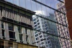 Moderna byggnader, reflexioner i den Glass fasaden Arkivbilder