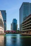 Moderna byggnader rundar den mellersta skeppsdockan, i Canary Wharf royaltyfria foton