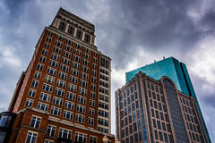 Moderna byggnader under en molnig himmel i Boston, Massachusetts Arkivfoto