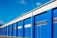 Moderna dörrar för affärsenhet och blått Arkivbild