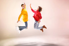 Moderna dansare i studio Fotografering för Bildbyråer