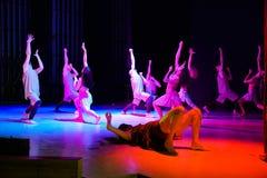 Moderna dansare på de etapphänderna och blickarna upp royaltyfri foto