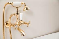 Moderna dusch- och badvattenkranar i retro stil Royaltyfria Foton