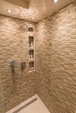 Moderna dusch och klapp i badrum royaltyfria foton