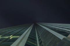 Moderna exponeringsglaskonturer av skyskrapor på natten arkivbilder