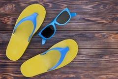 Moderna Flip Flops Sandals med blå solglasögon framförande 3d royaltyfri illustrationer