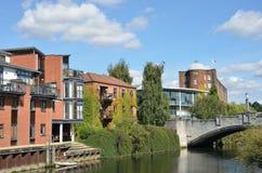 Moderna flodstrandbyggnader arkivfoton