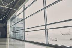 Moderna flygplan som väntar på flyg Arkivfoton