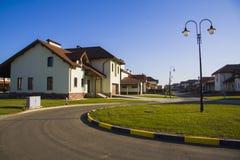 Moderna fristående familjhus på gatan arkivbilder