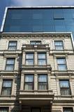 moderna glass facades på ett hus i klassisk stil royaltyfria foton