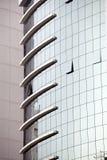 Moderna glass silhouettes på modern byggnad Arkivbild