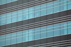 Moderna glass silhouettes på modern byggnad Royaltyfri Bild