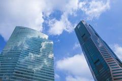 Moderna Glass skyskrapor i Singapore affärsområde Royaltyfria Bilder