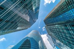 Moderna glass stadsbyggnader under solig dag royaltyfria foton