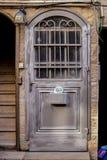 Moderna grå färger belägger med metall dörren som är openwork med maxima en härlig tappningbakgrund arkivbilder