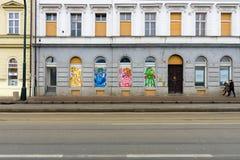 Moderna grafitti i fönstren av gamla hus i Prague Arkivbilder