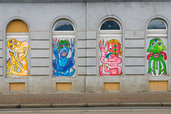 Moderna grafitti i fönstren av gamla hus i Prague Royaltyfria Foton