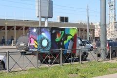 Moderna grafitti på en bilgasell från unga vandaler arkivbild