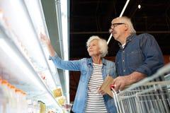 Moderna höga par i supermarket royaltyfria foton