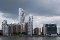 Moderna höghushyreshusar vid Themsenflodstranden Royaltyfri Foto