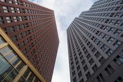 Moderna högväxta byggnader som når till himlen Royaltyfri Foto