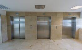 Moderna hissar med stängda dörrar Royaltyfria Foton