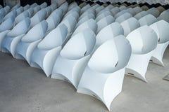 Moderna hopfällbara stolar för konferenser och presentationer royaltyfri foto