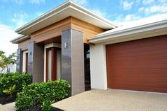 Moderna hus i förorts- grannskap royaltyfria bilder